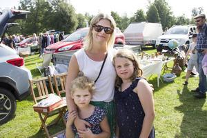 Ida Westerholm, Nimla Sundström Westerholm 8 år och Nira Sundström Westerholm 5 år sålde på loppmarknaden, men passade också på själva att fynda.