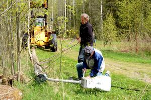 Ynglingen Bengt Bengtsson, 71 år, tar bort lyfttampen medan Lars-Åke Claesson, 76 år, kapar elkabeln med en bågfil.