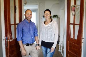 Stefan Magnusson och Jeanette Wiklund stortrivs i sitt hus i Söråker.