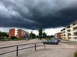 Tog bilden när jag cyklade hem ifrån jobbet, det såg så häftigt ut för det var som ett mörkt täcke över lägenheterna. Foto: Malin Åberg