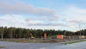 Här på Mosaikvägen bakom Willys i Sandviken byggs Dollarstores nya butik.