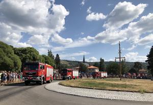 En polsk brandbilskonvoj tas emot av jublande folkmassor i Rättvik. Foto: Lisa Abrahamsson /TT