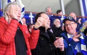 Göran Danielson, Andreas Hedbom och Roland Perols jublar åt Leksands ledningsmål mot Karlskoga. Fortsättningen av matchen blev emellertid inte lika munter för trion som har haft säsongskort i sexton års tid.