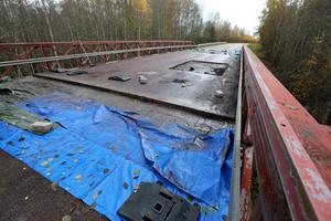 Det är Borlänge Energi som ansvarar för reparationerna av bron vid Hångsarvet och Backgården. Niklas Jansson, Stadsmiljö och Gata på Borlänge Energi berättar att bron kommer att stängas av i en färdriktning under vintern och att arbetet kommer att återupptas under våren.