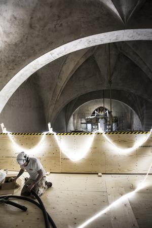 På det provisoriska golvet på 14 meters höj jobbar hantverkarna för fullt med att rengöra kyrkans tak. Ytan som ska bearbetas är 3500 kvadrat av väggar och tak.