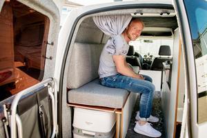 Erik Dahlberg i den ännu mindre husbilen – en camper.