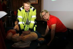 Tobias Hudin tränar på hjärt- och lungräddning med Veronica Jakobsson, som till vardags leder kurser i den konsten.