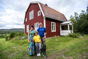 I augusti flyttade Linnéa Näslund Daun från Stockholm till Moliden. Med sig fick hon två barn, sambo, pappa och farmor.