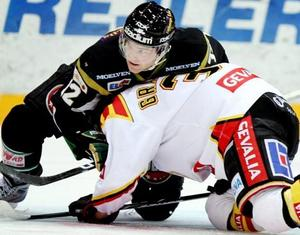 Färjestads Marius Holtet brottar ner Brynäs Jonathan Granström under trettondagsaftonens elitseriematch mellan Färjestad BK och Brynäs IF i Löfbergs Lila arena i Karlstad.