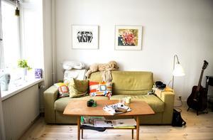 Sovrummet ska delas av med ett stort glasparti, när tiden och orken finns.  Här i soffan får de plats alla tre för att se på tv eller bara mysa tillsammans.