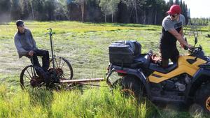 André Dahlin tar för det mesta hjälp av sin vän Jimmy Nordqvist när det är dags för att slå gräset. – Jag har själv ingen fyrhjuling, så det är bra att man kan samarbeta. Det gör man generellt för lite i det moderna jordbruket, säger Jimmy Nordqvist.