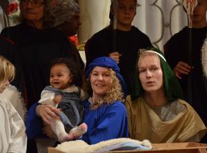 Gerd Ahnström som Maria och Emil Nordfjell med lilla Jesusbarnet Linnea Carolyn. Foto: Bertil Vestin