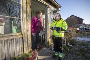 Marianne Fritzson bor på Vallby gård utanför Tierp, och får information från Hans Sörman som är teamledare för gruppen som mäter radioaktivt nedfall efter det fingerade utsläppet.