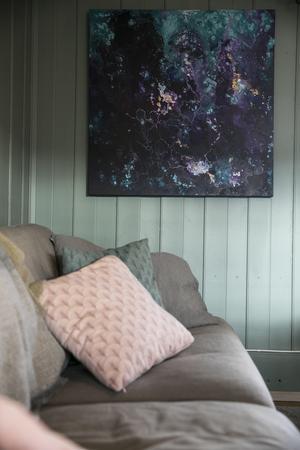 Nicole målar även och har gjort tavlan som hänger i vardagsrummet.