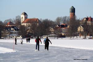 Foto: Anders Foglander Askersund är väl representerad bland Anders 55 000 bilder.  Här från en kall vinter med skridskoåkning.