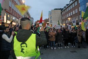 Sånger, slagord och upprörda känslor präglade demonstrationen som inte hade något tillstånd.