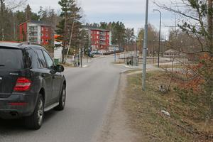 Om man promenerar på Nyblevägen mellan stationen och centrum i Ösmo får man räkna med att bli omkörd av bilar. Men senare i år ska en ny gång- och cykelbana anläggas.