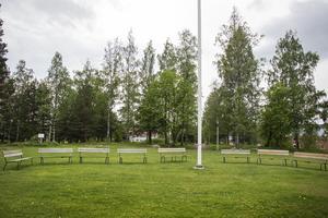 Uppe på Ohnbacken finns en stor plan yta med bänkar och en flaggstång.