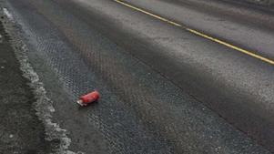 Mannen misstänks ha kastat ut ett stort antal föremål mot den efterföljande polisbilen, bland annat den här brandsläckaren. Bild från polisens förundersökning.