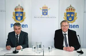 Spaningsledare Hans Melander och åklagare  Krister Petersson meddelar att den så kallade Skandiamannen sköt Olof Palme. Foto: Polisen