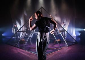 Anders Jacob är ett fynd. Han gestaltar hälsingarna lika skickligt som han dansar. Pressfoto: Märta Thisner