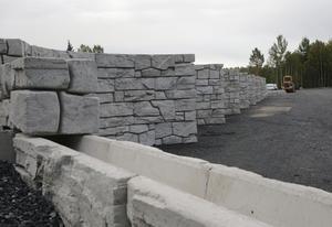 De stenmursliknande blocken har under ett par veckors fogats samman till 19 containerfack, elva på ena sidan och åtta på den andra.