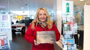 Carina Eriksson, näringslivsutvecklare på Sala kommun, visar upp besöksnärinsstrategin för Sala kommun, som kommunstyrelsen antog den 15 februari.