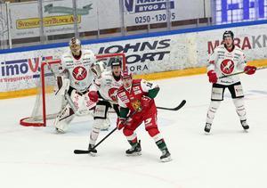 Mora hade förtvivlat svårt att göra mål mot Vita Hästen, trots 36 skott mot gästernas bur. Här syns nyförvärvet Mikko Laine stångas med Vita Hästen-försvaret.