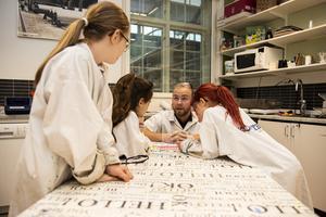 Komtekhandledaren Martin Larsson går igenom grunderna i det periodiska systemet.