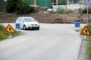 Hela vägen nedför kullen är det en rekommenderad maximal hastighet på 30 km/h.