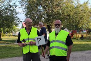 Ronny Göthberg och Kalle Dahlin är parkeringsvakter och börjar redan få slut på lediga parkeringar. Dahlins två starkaste minnen är en egengjord bil som målas om jämt och ständigt - just nu är den röd -  och att alltid träffa gamla klasskompisar från när han var 15 då han köpte sin första bil.