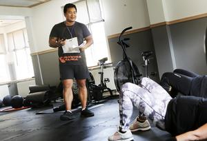 """Johan """"Sune"""" Sundahl peppar deltagarna under ett av gympassen. Träningen sker både individuellt och i grupp."""