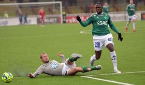 Christian Kouakou försöker ta sig igenom J-Södras försvar i första halvlek.