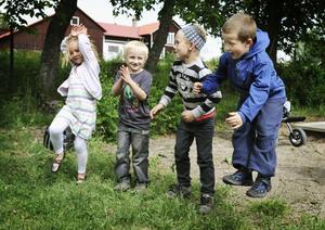 Alice Söderström, Robin Leander Wallin, Daniel Persson och Nils Åkerblom gör Raketen.