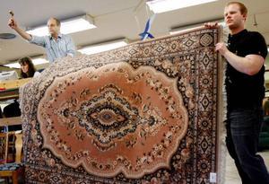 Auktionisten Ulf Andersson klubbar mattor, möbler och andra föremål i snabb takt och på en del saker med lågt köptryck var det fyndläge vid söndagen auktion i Yttergärde, Oviken.