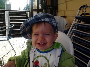 Barnbarnet Liam lyser upp tillvaron med sitt glada leende efter en lunch på Brogården.