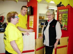 Anita pratar bort en stund med arbetskamraterna Pål Nordfjäll och Evy Busk.