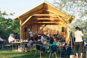 Förra året byggdes scenen till festivalen som i år står på plats. Nu satsar man på ett större kafé.