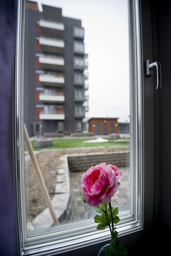 I sovrummet finns en dörr till uteplatsen två våningar upp. Där har byggts murar som det ska bli planteringar i, och som ramar in lägenheternas egen hörna.