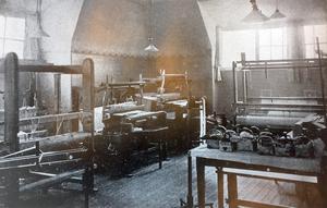 Vävsalen på Bodaborg. Bild: Ur boken Berättelse över Västernorrlands läns sinnesslöanstalt i Boda
