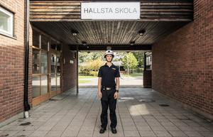 Sedan ett år tillbaka arbetar Pelle Ström som resursassistent på Hallsta skola. Nu har hans elever vant sig vid att han ibland rusar iväg till brandstationen.