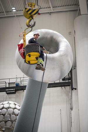 Provaren Tobias Wass  var med när ABB i Ludvika testade sin största transformator genom tiderna.Foto: Kim Norman