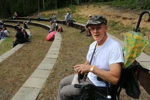Jens Björk fick lite hjälp med att transportera upp kaffe och korv till sin plats högst upp i amfiteatern. Han gillar blues.