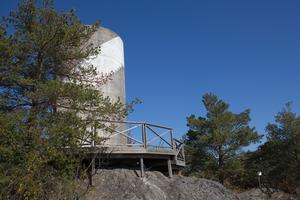Det gamla vattentornet, som eldhärjades i maj, står nu utan sin fasadbeklädnad.