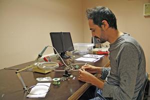 """Yassin Aljeiroudi, som kom till Kungsör från Syrien för tre år sedan, är ljudtekniker och har bland annat jobbat med ljudet i Vasakällaren på Kungsudden. """"Jag tycker MakerSpace är jättebra, här kan man jobba med sina idéer"""", säger han."""