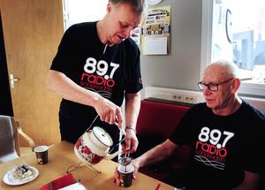 Kjell Jansson häller upp kaffe åt Göran