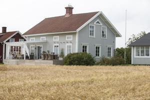 Huset var tidigare gult men när det behövdes målas om valde Camilla och Erik att måla det grått.
