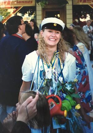 Inte alla känner igen Johanna Joneklav när hon hälsar på i den gamla hemstaden. Så här såg hon ut när hon tog studenten 1994.