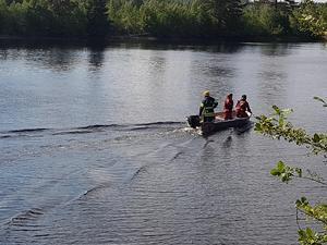 Räddningstjänsten letar efter den försvunne mannen i vattnet.Foto: Linda Jakobsson