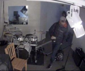 Övervakningskameran visade att två personer tog sig in i replokalen på Kristinegården. Foto: polisen